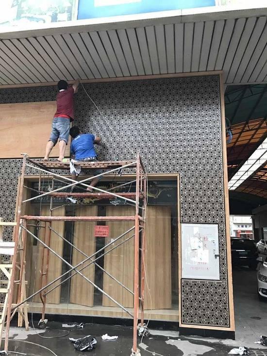 天健成发五金门头镂空雕花铝单板安装施工现场