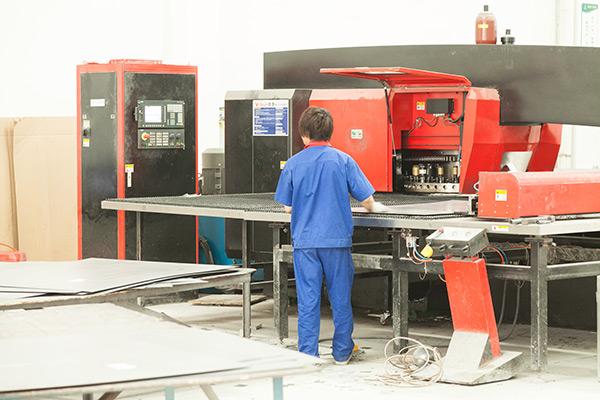 铝单板工人车间生产设备实拍